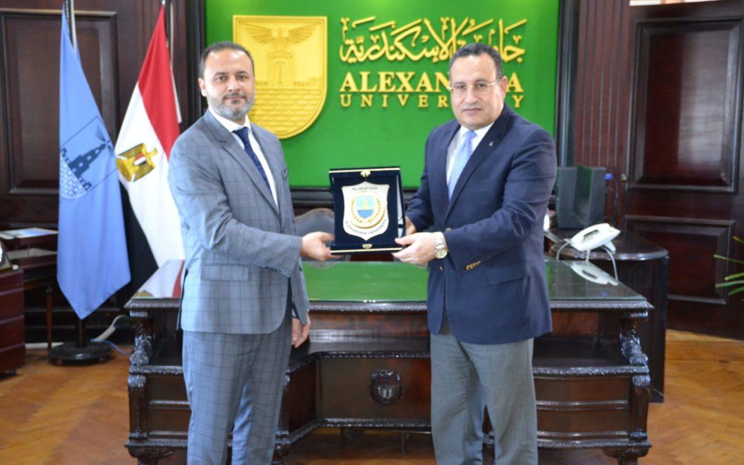 رئيس الجامعة يزور جامعة الإسكندرية ويعلن عن تعاون يجمع بين المؤسستين